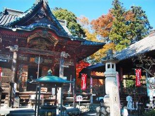Halaman depan kuil Shimabuji.