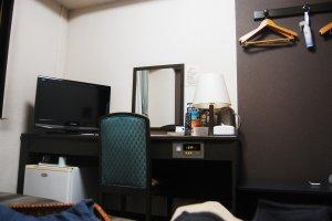 โต๊ะทำงานและทีวีในห้อง