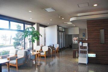 <p>ล็อบบี้ของโรงแรมรูธ อินน์ อิเซซากิ</p>