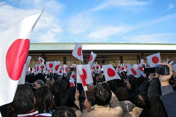 Waving Hinomaru (National flag) in the presence of Their Majesties the Emperor and Empress, and other members of the Imperial Family