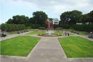 纪念馆前的绿地