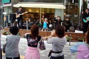 领教日本妇女FANS们的热度