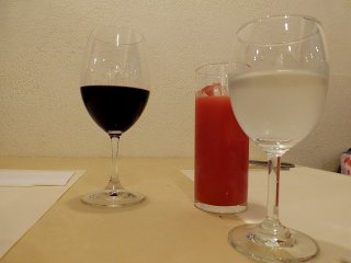 적포도주, 붉은 오렌지 주스, 물