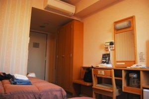 Une chambre à deux lits spacieuse