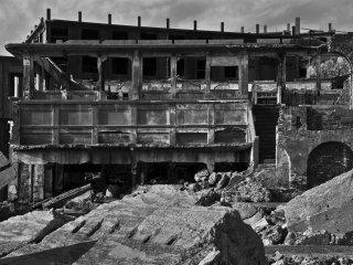 당연히 사무실의 주위에 다른 많은 건물이 있었다; 그러나 대부분은 적어도 부분적으로는 붕괴되었습니다.