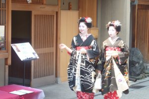 It is the custom for geiko and maiko to wear black kimonos on Hassaku