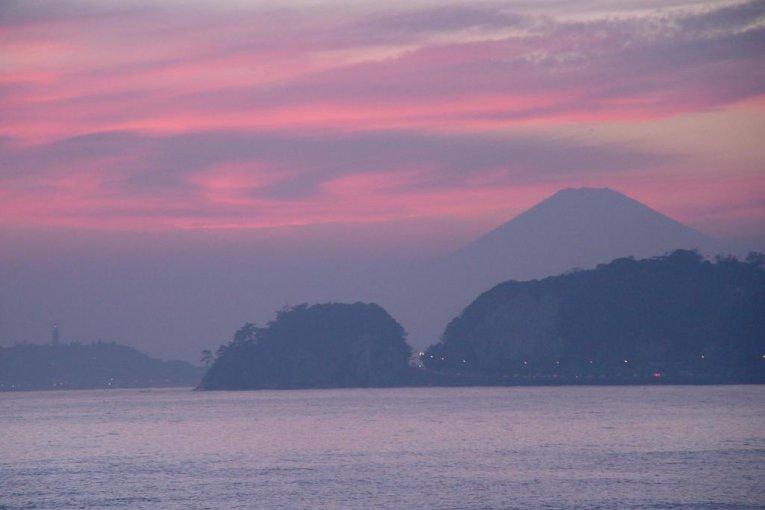 Mengabadikan Gunung Fuji dari Pantai