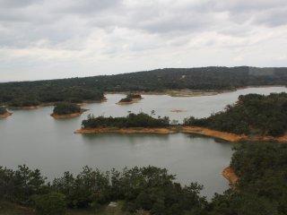 Các đỉnh đồi giờ đây trông giống những hòn đảo trong hồ chứa