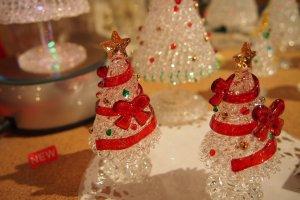 คริสมาสต์ที่กำลังจะมาถึง ต้นคริสต์มาสแก้วดูเฉลิมฉลองเนื่องจากความเงางามของมัน