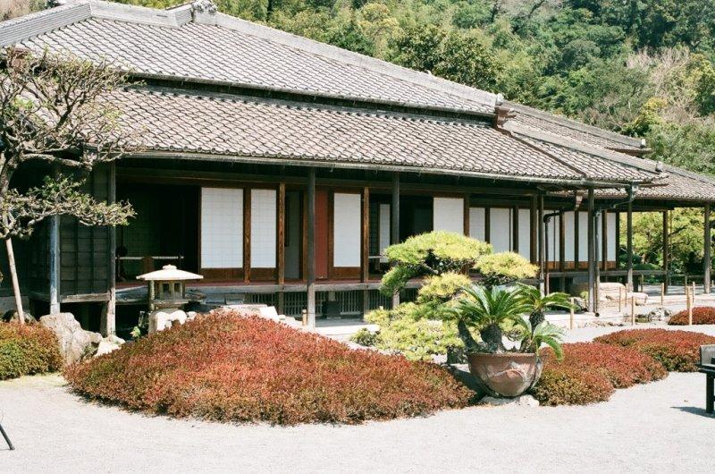 <p>บ้านพักของตระกูลชิมัสสึ ใจกลางสวนเซนกาเน่น</p>