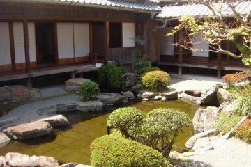 <p>สวนแห่งนี้เป็นการผสมผสานศิลปการจัดสวนแบบญี่ปุ่นและแบบจีนเข้าด้วยกัน ส่วนประกอบที่สำคัญคือ น้ำ เกาะ สะพาน หิน ต้นไม้ รั้ว โคมศิลา อ่างน้ำ ทางเดินในสวน</p>