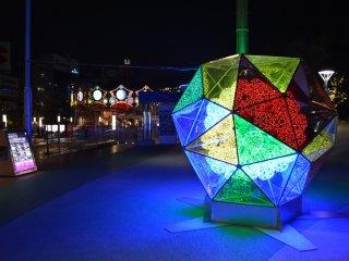 Разноцветная рождественская иллюминация просто поражает