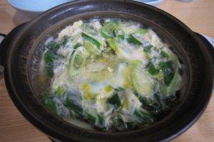 卵とじの鳥鍋。真夏に熱々の鍋は体調がしゃきっとする。ビールが美味しくいただけた