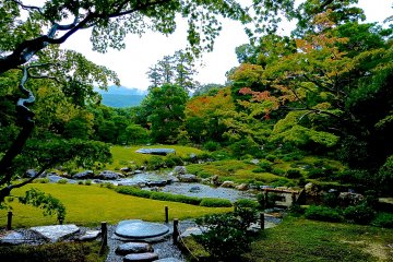 <p>Following the stone steps and strolling along a pond, we can enjoy a variety of views from flat lawn area to hilly wooded&nbsp;area.</p>
