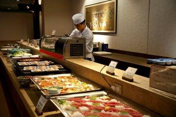 <p>เชฟกำลังทำซูชิและซาชิมิที่ร้านอาหารญี่ปุ่น &quot;ชิจิฟุกุ&quot;</p>