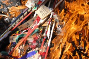 Ngọn lửa của lá bùa cũ