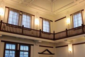 カウンター、床、あるいは二階のキャットウォークの手すりは美しいくるみ材などの木製