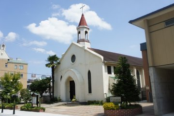 야마테 거리에서 화창한 날에 보는 고베 침례교회의 전망