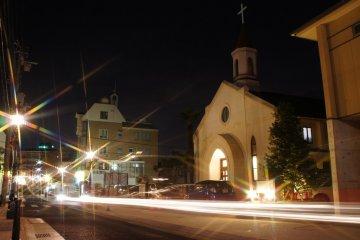 고베 침례 교회 밖의 거리에 있는 새로운 나트륨 증기 램프
