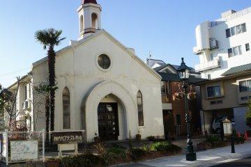 기타노 고베 침례교회; 히카리노 오카 유치원이 교회의 오른쪽에 있다