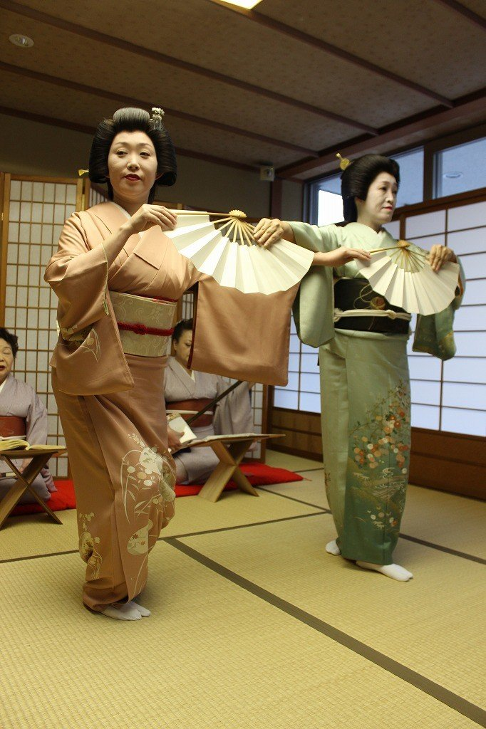 <p>&#39;&#39;Kouta Hakusen,&#39;&#39; a song of celebration, being performed by Shiori on the left, and Kurumi on the right.</p>
