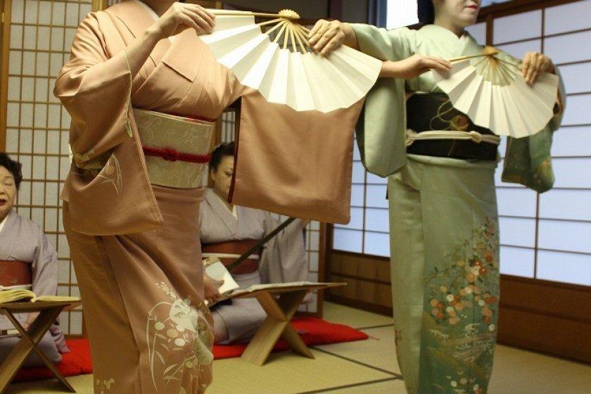 お祝いの曲「小唄・白扇」。立ち方は「しおり」(左)と「くるみ」(右)