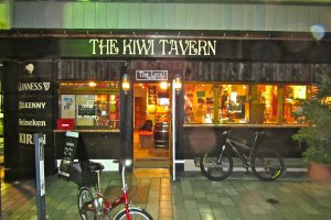 Le bois sombre, les lettres blanches et les petites lanternes à l'entrée me font toujours penser aux tavernes d'Heroïc fantasy.
