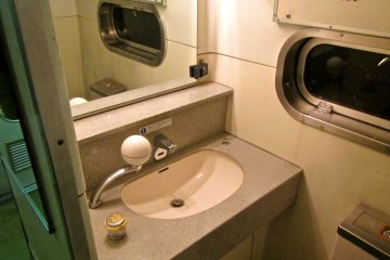 <p>ห้องน้ำ กระจกบนมูนไลท์ เอชิโงะบานใหญ่กว่าบนรถไฟด่วนทั่วไปและห้องน้ำของขบวนนี้ก้สะอาดกว่าพวกรถเที่ยวกลางวันด้วย</p>