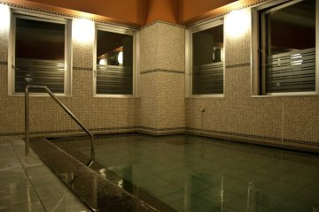 <p>Relax&nbsp;body and soul at the&nbsp;public bath on the 14th floor, overlooking Naha city.</p>