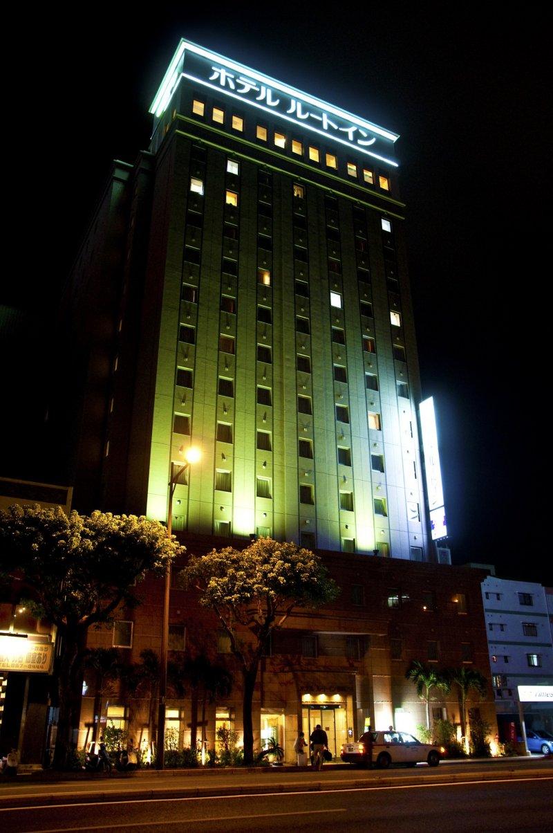 <p>Hotel Route-Inn Naha Tomariko&nbsp;at night</p>