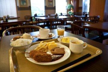 <p>Having breakfast at the hotel restaurant</p>