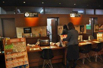 <p>โต๊ะประชาสัมพันธ์ที่ศูนย์นักท่องเที่ยวในสถานีเอชิโงะ-ยูซาว่า</p>