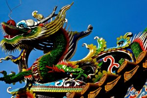Four glass-art dragons are protecting the shrine from the roof of the gate