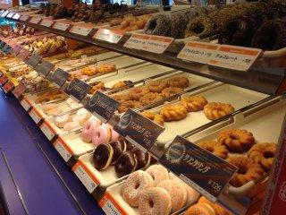제공되는 모든 품종은 항상 완벽하게 아름답고 식욕을 돋우는 도너츠 가격으로 100 엔 이상으로 가격이 책정되어 있습니다.
