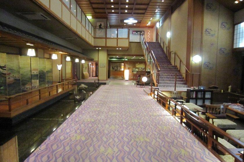 ホテル八木の館内、広々している