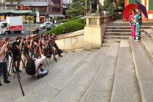 No santuário Yasaka, em Quioto, as modelos com quimonos da Yume Kyoto são fotografadas.