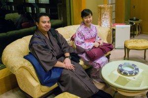 Homens e mulheres podem alugar vestes tradicionais japonesas. Este casal vestiu-se a rigor, antes de uma refeição japonesa.