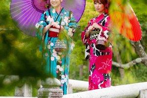 No Parque Maruyama, em Quioto, modelos exibem os quimonos alugados na Yume Kyoto.