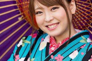 นางแบบในภาพสวมชุดกิโมโนที่เช่ามาจากร้านยูเมะเกียวโต ภาพถ่ายที่ศาลเจ้ายาซากะ