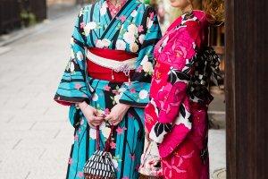 นางแบบในภาพสวมชุดกิโมโนที่เช่ามาจากร้านยูเมะเกียวโต ภาพถ่ายในย่านกิอน