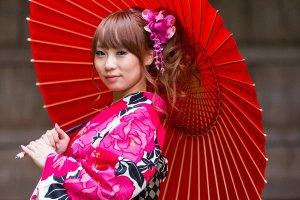 นางแบบในภาพสวมชุดกิโมโนที่เช่ามาจากร้านยูเมะเกียวโต ภาพถ่ายที่ศาลเจ้าโฮเน็น