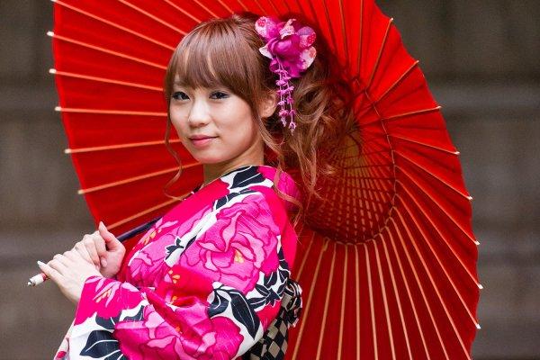 Em Quioto, no santuário Hounen, uma modelo exibe o quimono alugado na loja Yume Kyoto.