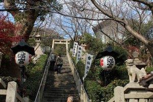 長い石段を登るときは左右どちらかの端を歩く。中央は神様が歩くからだ