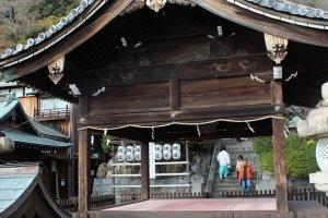 手前の能殿越しに見えるのが本殿。平清盛が勧請したにしては小規模の神社である