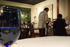 モダンチャイニーズの内装は、明るく軽快なイメージ。他のテーブルとの距離が適度に離れているので、とても心地よく過ごせる