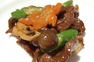 A carne de vaca e os legumes são salteados com molho de ostras.