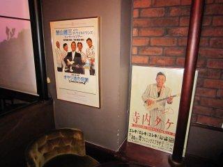日本のグループサウンズバンドのポスターがあちこちに貼ってある