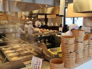 Udon dibuat dan direbus, tempura dipotong, ditepungkan, dan digoreng langsung di depan mata Anda