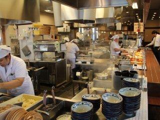 Kegiatan di dapur membuat para tamu memilih untuk memperlambat makan ketimbang membawa nampan kosong mereka ke kasir
