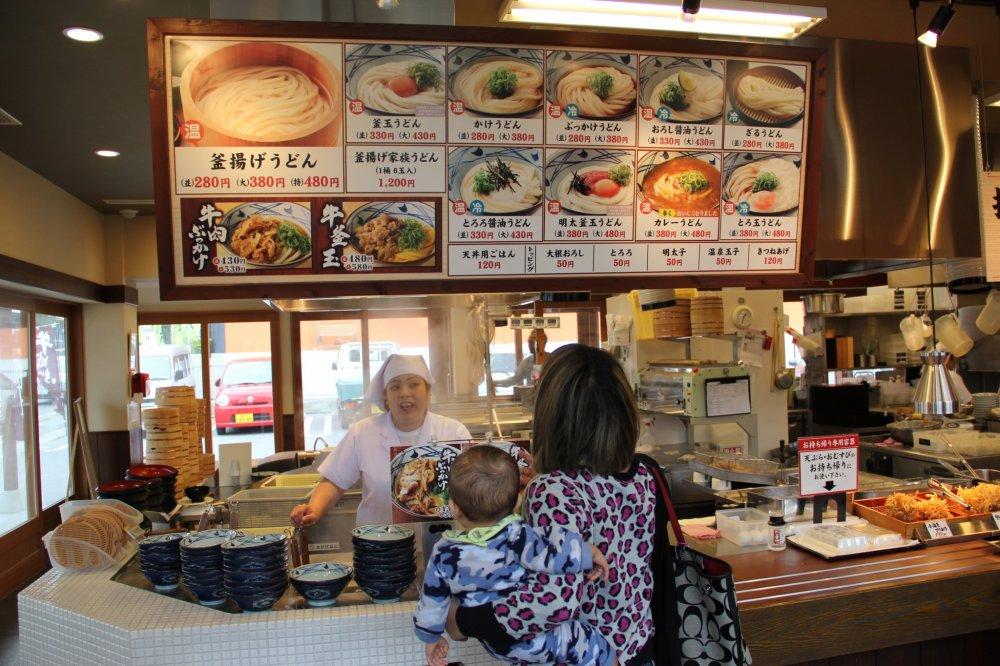 Papan menu dalam Bahasa Jepang, namun mereka menyediakan menu dalam Bahasa Inggris dan Korea